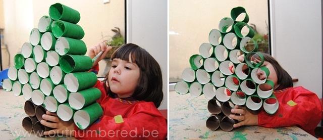 Schilderen van de zelf geknutselde kerstboom van WC rollen
