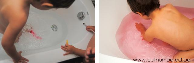 creatief in bad met gekleurd water voor kleuters