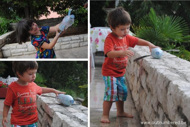 Kinderen spelen met zelfgemaakt vliegtuig