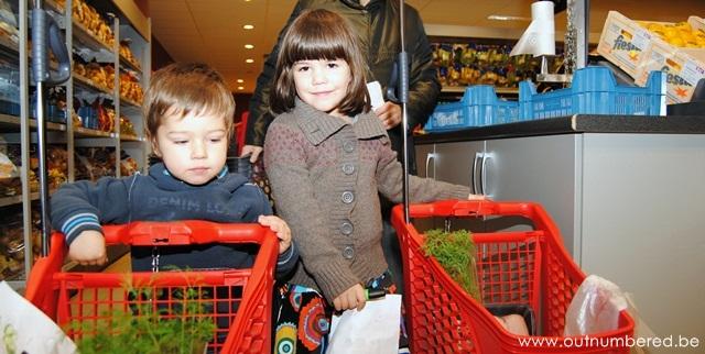2 kinderen met hun winkelkarretjes