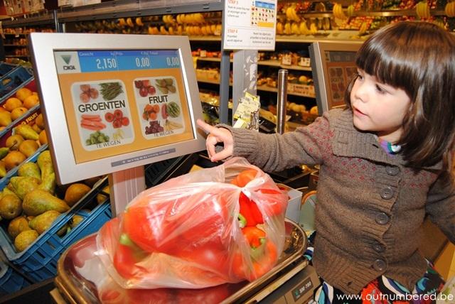 meisje helpt bij het winkelen
