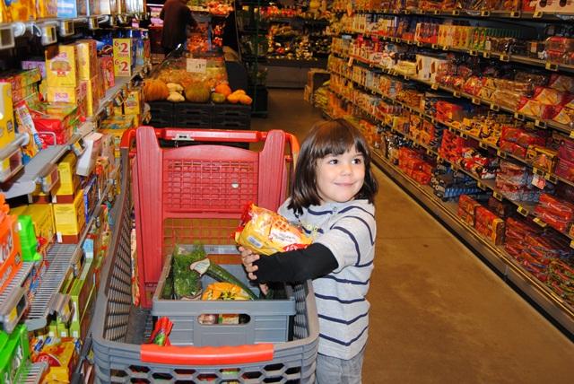 Meisje koopt koekjes in de winkel